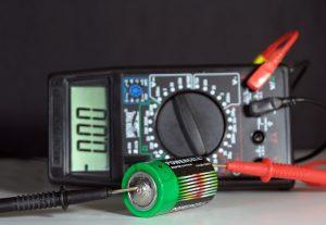baterie i multimetr cyfrowy