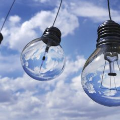 Udekoruj wnętrze światłem, czyli jak wykorzystać oświetlenie ozdobne?